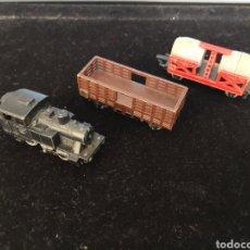 Trenes Escala: LOCOMOTORA Y 2 VAGONES RAIL ROUTE. Lote 195536076