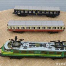 Trenes Escala: LOCOMOTORA Y DOS VAGONES. Lote 196267152