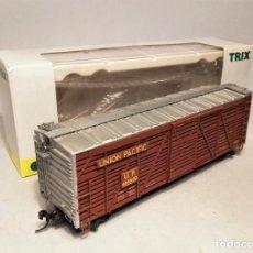 Trenes Escala: TRIX 24905-2 ESCALA H0.VAGÓN TRANSPORTE GANADO. LIVESTOCK CAR. UNION PACIFIC #46860D. Lote 196868122