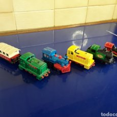 Trenes Escala: LOTE DE 5 MÁQUINAS DE TREN EN PEQUEÑA ESCALA VARIAS MARCAS Y MODELOS. Lote 199911393