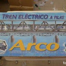 Trenes Escala: TREN ELECTRICO A PILAS ARCO DE PEQUETREN. Lote 202728557