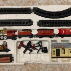 Trenes Escala: BONITO TREN A PILAS, CON MUCHOS COMPLEMENTOS. CLASSIC WESTERN EXPRESS. EN CAJA ORIGINAL. VER FOTOS. Lote 218831425
