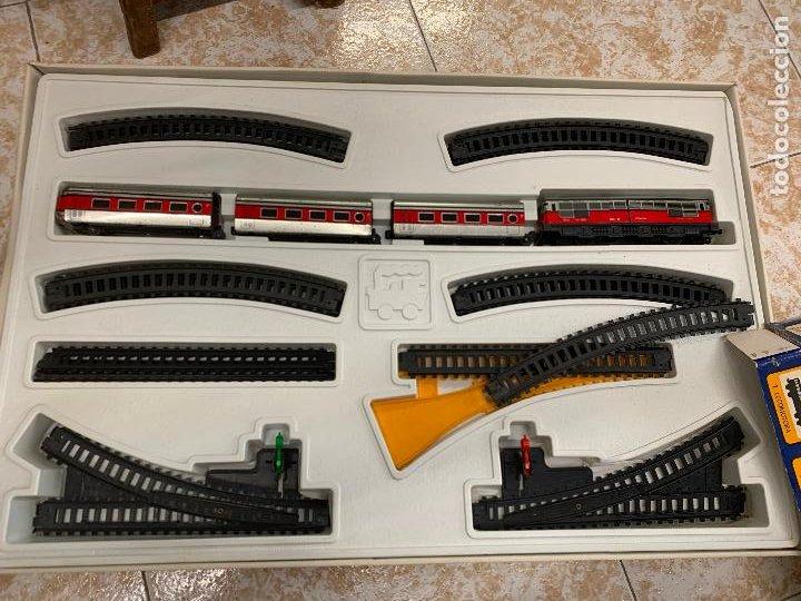 Trenes Escala: Extraordinario TREN ARTICULADO PEQUETREN vagones hojalata. Impecable. Con luz. La caja mide 71x47cms - Foto 2 - 220837916