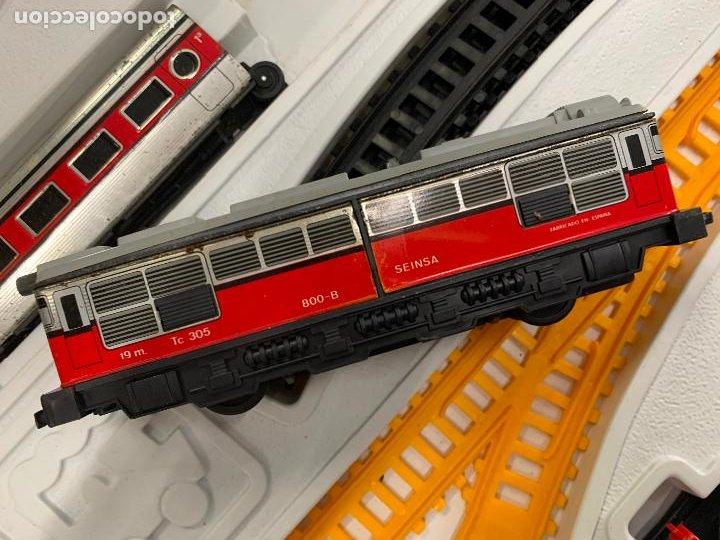 Trenes Escala: Extraordinario TREN ARTICULADO PEQUETREN vagones hojalata. Impecable. Con luz. La caja mide 71x47cms - Foto 4 - 220837916