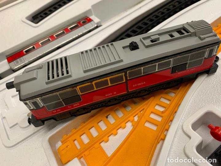 Trenes Escala: Extraordinario TREN ARTICULADO PEQUETREN vagones hojalata. Impecable. Con luz. La caja mide 71x47cms - Foto 5 - 220837916