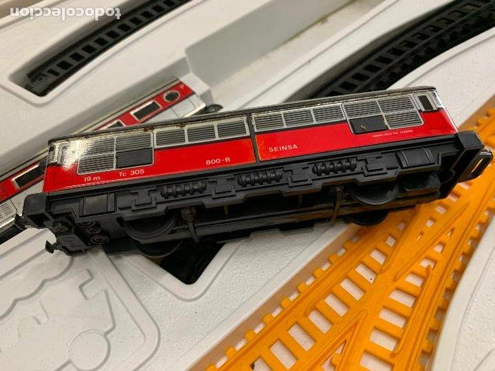 Trenes Escala: Extraordinario TREN ARTICULADO PEQUETREN vagones hojalata. Impecable. Con luz. La caja mide 71x47cms - Foto 6 - 220837916