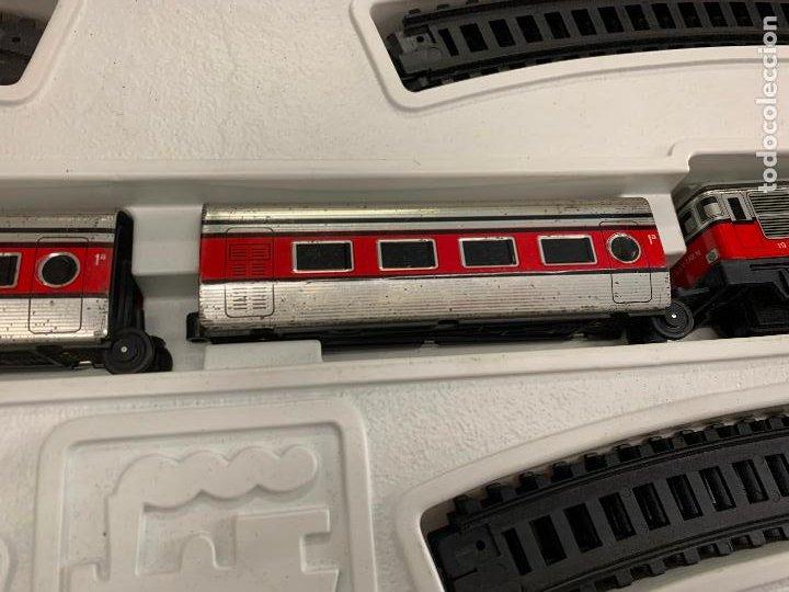 Trenes Escala: Extraordinario TREN ARTICULADO PEQUETREN vagones hojalata. Impecable. Con luz. La caja mide 71x47cms - Foto 7 - 220837916