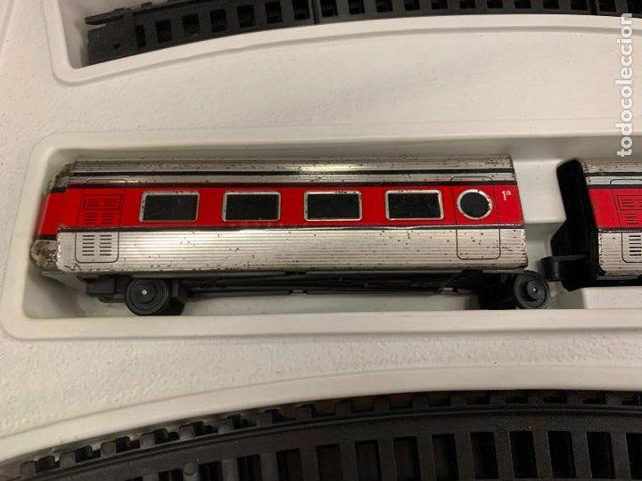 Trenes Escala: Extraordinario TREN ARTICULADO PEQUETREN vagones hojalata. Impecable. Con luz. La caja mide 71x47cms - Foto 10 - 220837916