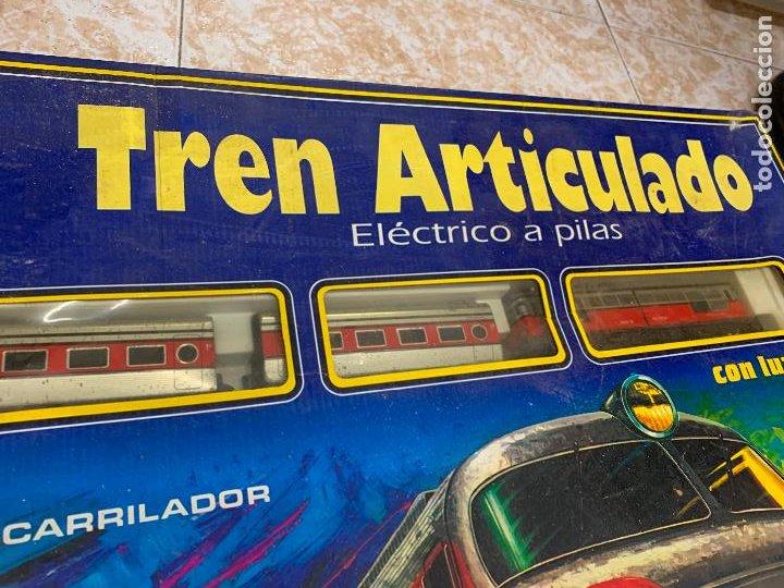 Trenes Escala: Extraordinario TREN ARTICULADO PEQUETREN vagones hojalata. Impecable. Con luz. La caja mide 71x47cms - Foto 13 - 220837916