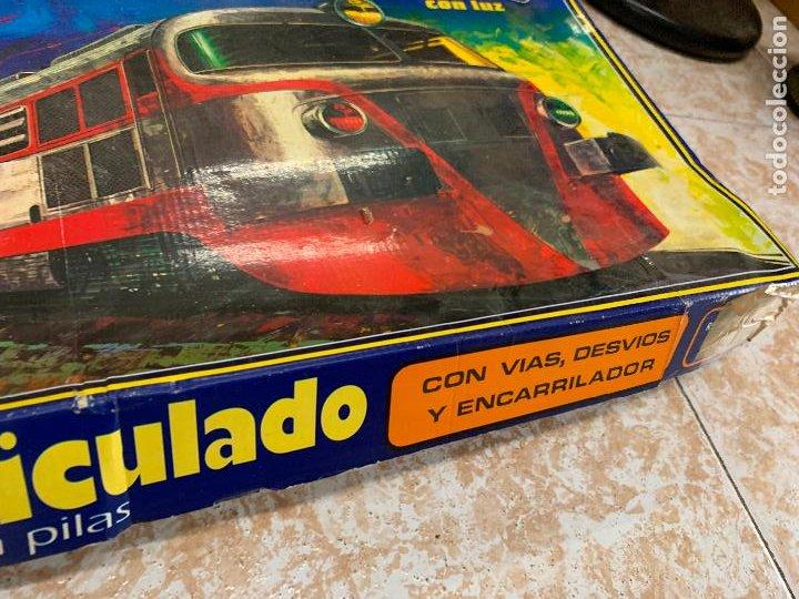 Trenes Escala: Extraordinario TREN ARTICULADO PEQUETREN vagones hojalata. Impecable. Con luz. La caja mide 71x47cms - Foto 14 - 220837916