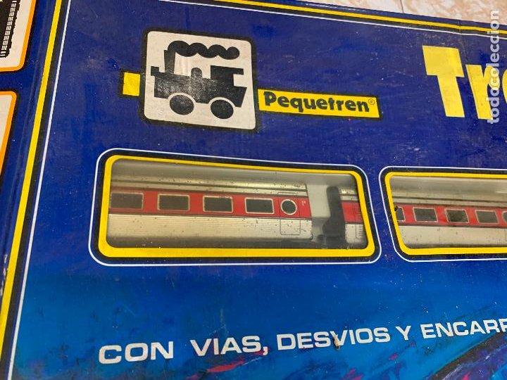 Trenes Escala: Extraordinario TREN ARTICULADO PEQUETREN vagones hojalata. Impecable. Con luz. La caja mide 71x47cms - Foto 15 - 220837916