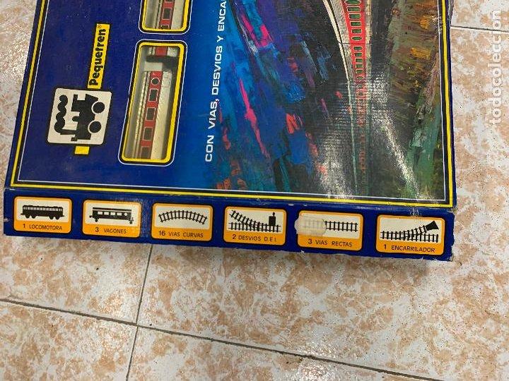 Trenes Escala: Extraordinario TREN ARTICULADO PEQUETREN vagones hojalata. Impecable. Con luz. La caja mide 71x47cms - Foto 16 - 220837916