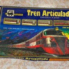 Trenes Escala: EXTRAORDINARIO TREN ARTICULADO PEQUETREN VAGONES HOJALATA. IMPECABLE. CON LUZ. LA CAJA MIDE 71X47CMS. Lote 220837916