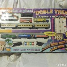 Trenes Escala: PEQUETREN DOBLE VIAJEROS Y MERCANCÍAS REF. 900 EN CAJA METÁLICO CON LUZ. Lote 221954571