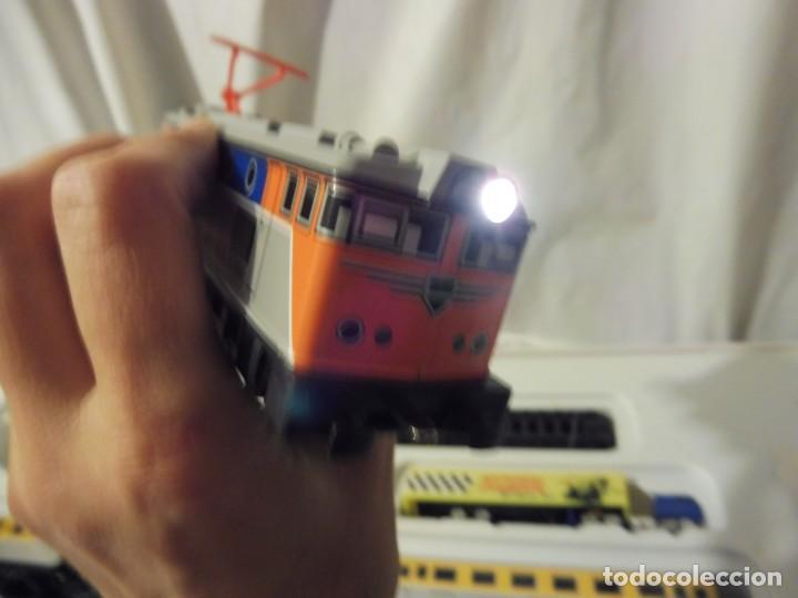 Trenes Escala: Pequetren doble viajeros y mercancías ref. 900 en caja metálico con luz - Foto 14 - 221954571