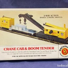 Trenes Escala: TREN H0 CRANE CAR & BOOM TENDER BACHMANN 3 WAY ACTION RAISES LOWERS SWIVELS UNION PACIFIC. Lote 221987543