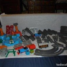 Trenes Escala: TREN THOMAS DE MATTEL CON CIRCUITO LO QUE SE VE EN LAS FOTOS.2 LOCOMOTORAS VAGONES. Lote 225318505