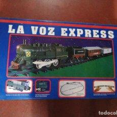 Trenes Escala: LA VOX ESPRESS. LOCOMOTORA, VAGON DE PASAJEROS, VAGON CARBONERO Y CASETA. NUEVO FUNCIONA. VER FOTOS. Lote 234462435