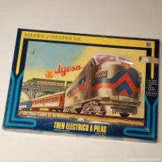 Trenes Escala: ANTIGUO TREN ELÉCTRICO A PILAS RENFE, ESCALA H0 JYESA REF 1949. AÑOS 70. Lote 236116785