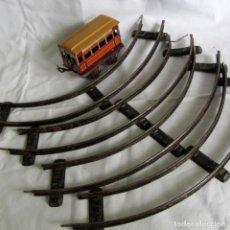 Trenes Escala: VIAS ANCHAS DE TREN EN HIERRO + VAGÓN DE HOJALATA. Lote 262589525