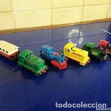 Trenes Escala: LOTE DE 5 MÁQUINAS DE TREN EN PEQUEÑA ESCALA VARIAS MARCAS Y MODELOS. Lote 262835300