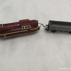 Trenes Escala: TREN LOCOMOTORA 840 CON VAGÓN DE CARGA PILAS - 1950 / AÑOS 50 - PLÁSTICO Y METAL - ESPAÑA. Lote 269713043