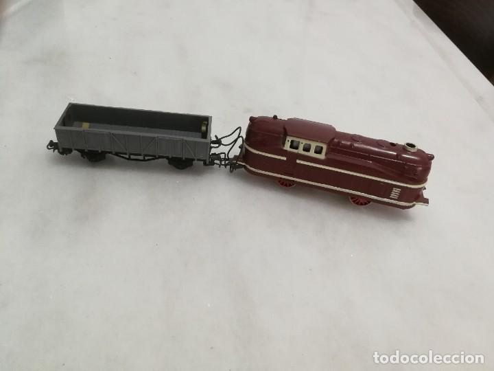 Trenes Escala: TREN LOCOMOTORA 840 CON VAGÓN DE CARGA PILAS - 1950 / AÑOS 50 - PLÁSTICO Y METAL - ESPAÑA - Foto 2 - 269713043