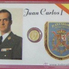 Trofeos y medallas: TARJETA GOBERNANTES ESPAÑOLES, CON UNA PEQUEÑA MONEDA EN SU INTERIOR. (JUAN CARLOS I). Lote 30352718