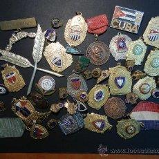 Trofeos y medallas: CUBA. LOTE DE DISTINTIVOS / MEDALLAS.. Lote 145522117