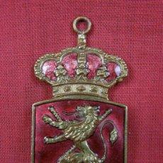 Trofeos y medallas: MEDALLA LATON REAL FEDERACION DE HOCKEY ESMALTADA ROJO LEÓN PPIOS SXX. Lote 36719261