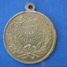 Trofeos y medallas: MEDALLA ANTIGUA-PREMIO A LA APLICACIÓN-. 2,45 CMS DE LONGUITUD.. Lote 39236201