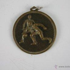 Trofeos y medallas: M-155. MEDALLA EN METAL CON MOTIVOS FUTBOLISTICOS. SIN ESCRITURA AÑOS 70. . Lote 39987545