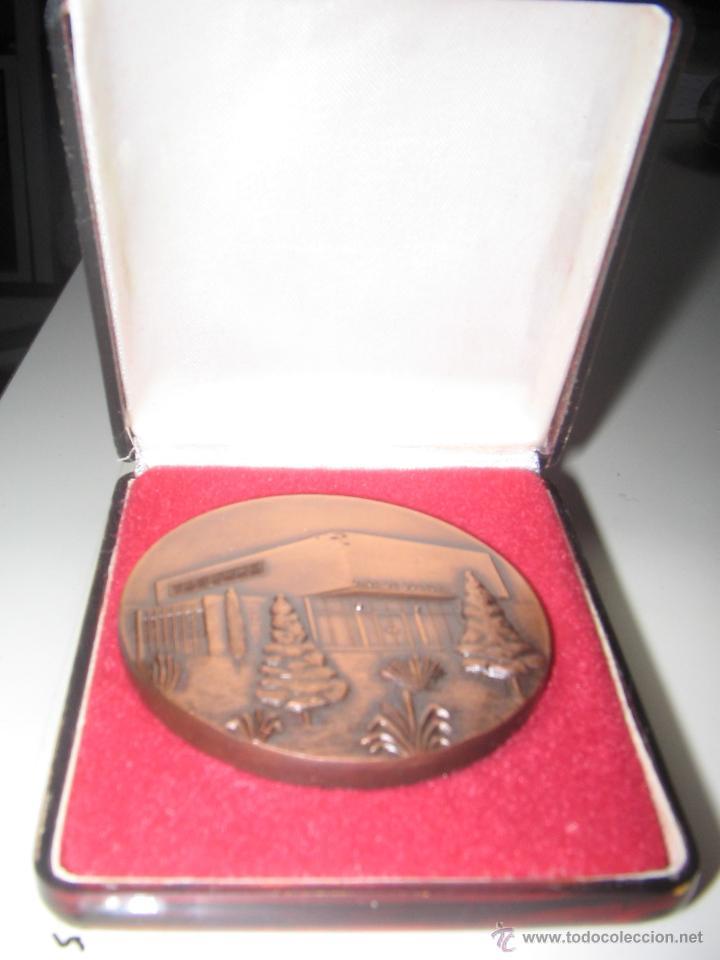 Trofeos y medallas: Biblioteca Popular *Joan Maragall* y Casa de Cultura. Cornellá 22-12-69. Medalla Conmemorativa 1969. - Foto 2 - 43052072