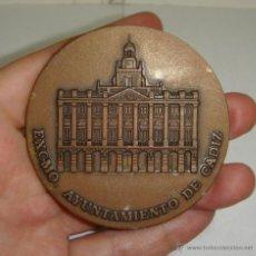 Trofeos y medallas: MEDALLA O MEDALLON XX ANIVERSARIO AYUNTAMENTOS DEMOCRATICOS 1979-1999. AYUNTAMIENTO DE CADIZ. 63 MM. Lote 45977317