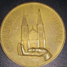Trofeos y medallas: MEDALLON DE LA OBRA SINDICAL DE ARTESANIA. Lote 48391648