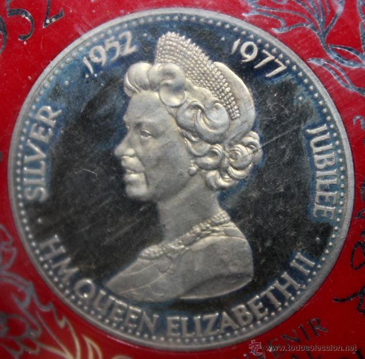 Trofeos y medallas: MEDALLA EN PLATA DEELIZABETH II, 1952-1977 SILVER JUBILEE. CON ESTUCHE ORIGINAL - Foto 2 - 49302763