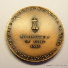 Trofeos y medallas: MEDALLA CONMEMORATIVA CASTELLDEFELS, AÑO 1973. HOMENAJE A LA VEJEZ.. Lote 49525016