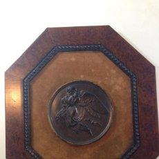 Trofeos y medallas: MEDALLON MITOLOGICO DE FORMA OCTOGONAL. EL MEDALLON TIENE 13 CM Y EL CUADRO TIENE 34 X 30 CM . Lote 50928234