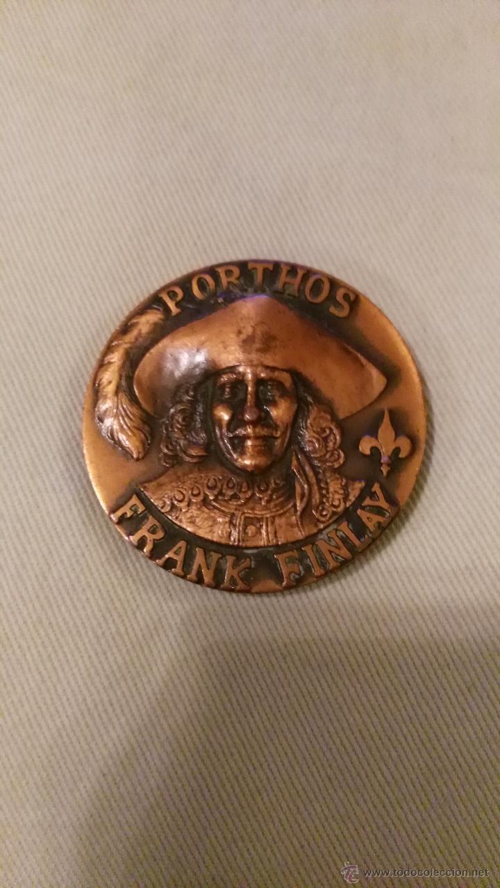 PRECIOSA MEDALLA DE BRONCE LOS TRES MOSQUETEROS ALEXANDER SALKIND FRANK FINLAY (Numismática - Medallería - Trofeos y Conmemorativas)