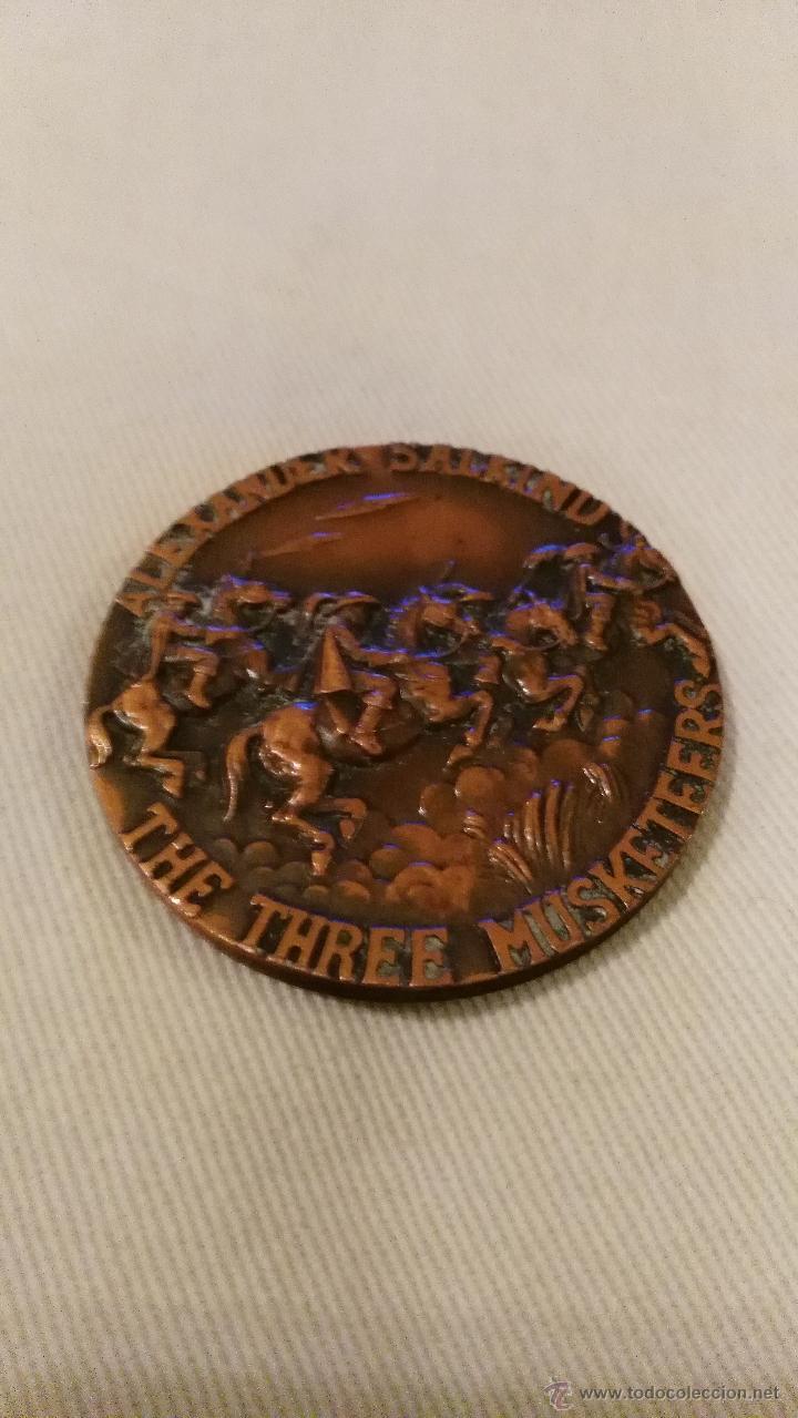 Trofeos y medallas: Preciosa medalla de bronce los tres mosqueteros alexander salkind frank finlay - Foto 2 - 53995317