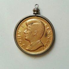 Trofeos y medallas: COLGANTE DE KENNEDY CONMEMORATIVO EN FORMA DE MONEDA CON FRASE SUYA.. Lote 55334336