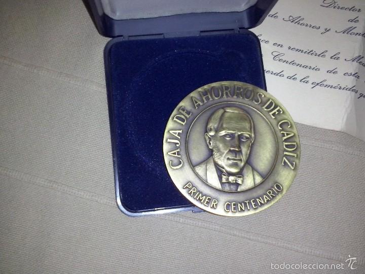Trofeos y medallas: medalla bronce caja de ahorros de cadiz primer centenario caja original y documento - Foto 2 - 57414228