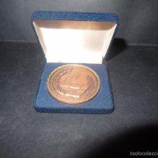 Trofeos y medallas: PRECIOSA MEDALLA DE DOMINO EN BRONCE,CEBRIAN, FUNDACION MUNICIPAL DE JUVENTUD Y DEPORTE CADIZ 1985. Lote 60814651
