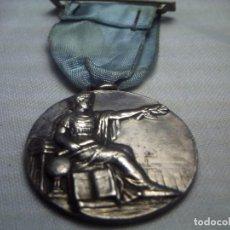 Trofeos y medallas: MEDALLA AL MÉRITO. PLATA O BAÑO DE PLATA.. Lote 62418660