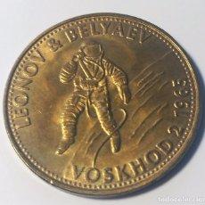 Trofeos y medallas: MONEDA CONMEMORATIVA MISION VOSKHOD 2 1965 - NASA - LEONOV & BELYAEV - SHELL. Lote 93544505