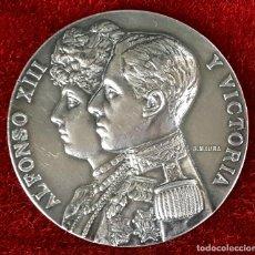 Trofeos y medallas: MEDALLA EN PLATA. ALFONSO XIII Y VICTORIA. FIRMADA POR B. MAURA. JURADO. 1912.. Lote 75665947
