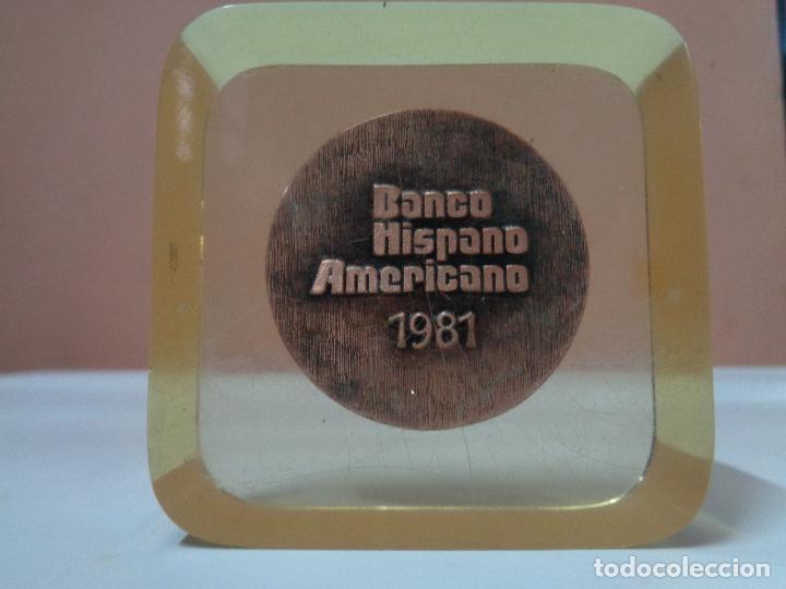 PISAPAPELES METACRILATO PLACA CONMEMORATIVA MEDALLA MONEDA BANCO HISPANO AMERICANO AÑO 1981 (Numismática - Medallería - Trofeos y Conmemorativas)