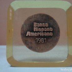 Trofeos y medallas: PISAPAPELES METACRILATO PLACA CONMEMORATIVA MEDALLA MONEDA BANCO HISPANO AMERICANO AÑO 1981. Lote 76534595