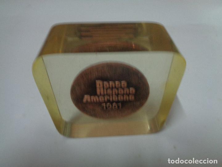 Trofeos y medallas: pisapapeles metacrilato placa conmemorativa medalla moneda banco hispano americano año 1981 - Foto 2 - 76534595