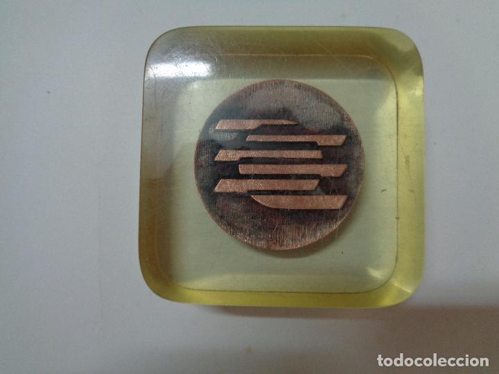 Trofeos y medallas: pisapapeles metacrilato placa conmemorativa medalla moneda banco hispano americano año 1981 - Foto 5 - 76534595